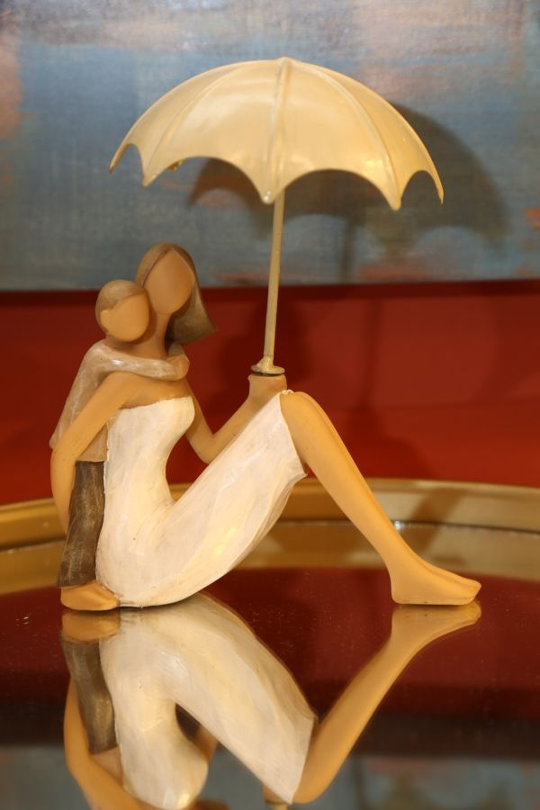 Decoratiune din rasina Woman and son with umbrella Natural, l12,5xA4,5xH10,5 cm somproduct.ro
