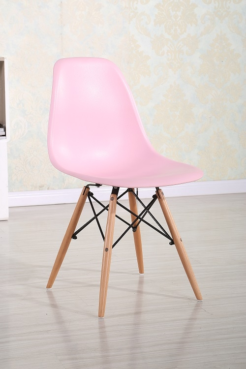 Scaun din plastic cu picioare din lemn \
