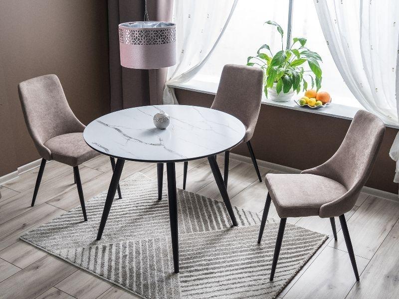 Set masa din MDF, sticla si metal Merlin Alb / Negru + 4 scaune tapitate cu stofa Lorin Bej / Negru, Ø100xH75 cm imagine