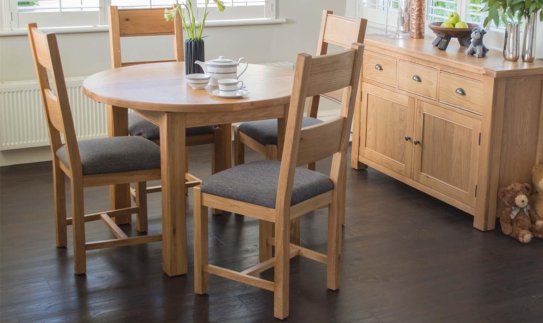 Set masa extensibila din lemn de stejar si furnir + 4 scaune cu sezut tapitat cu stofa Breeze Oak / Grey L107-140xl107xH78 cm